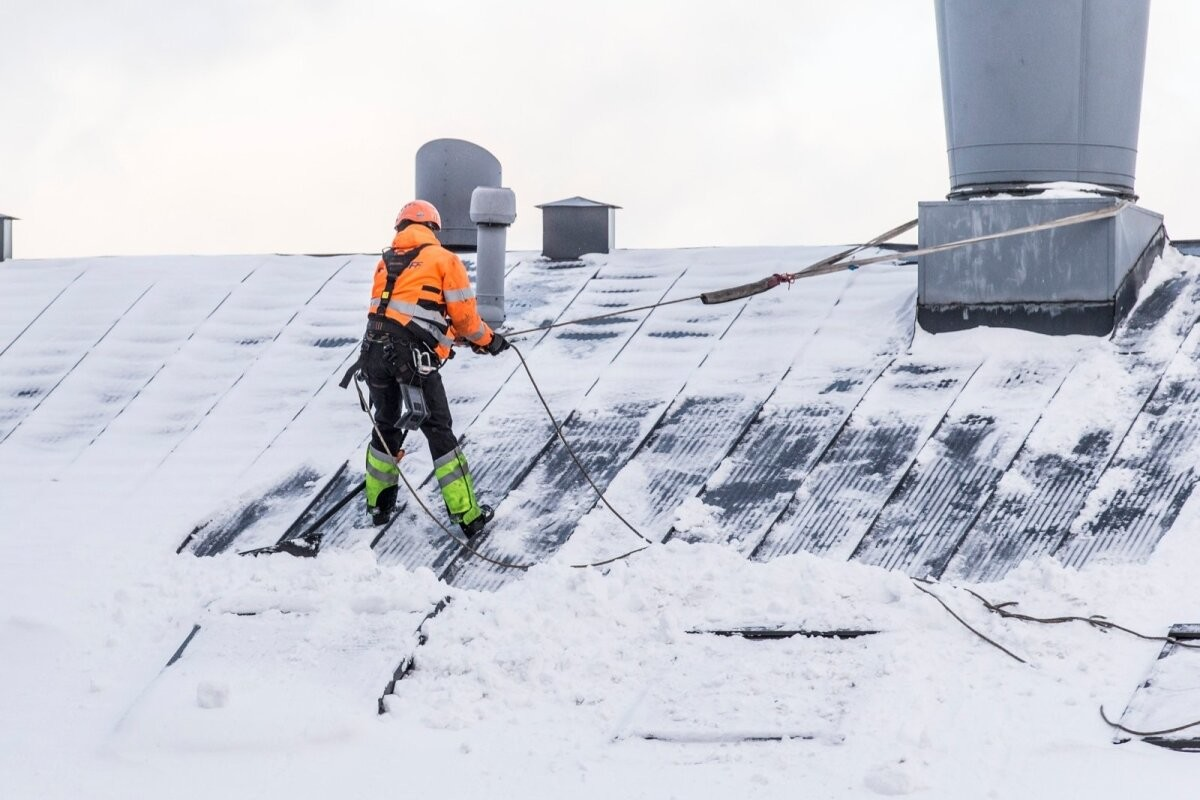 Крыши зданий необходимо регулярно очищать от льда и снега. Особенно во время потепления