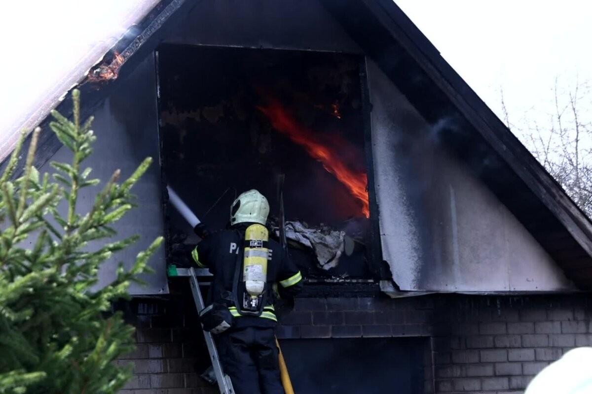ФОТО и ВИДЕО   В волости Харку горел жилой дом, сосед спас оттуда трех детей