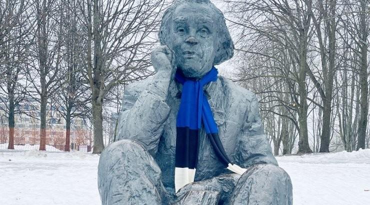 ФОТО | Ко Дню независимости многие памятники в центре Таллинна украсили сине-черно-белыми шарфами