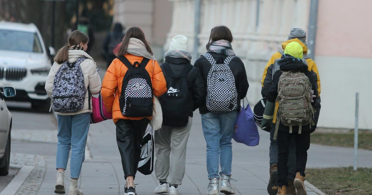 Правительство хочет начать смягчение органичений со школ и тренировок