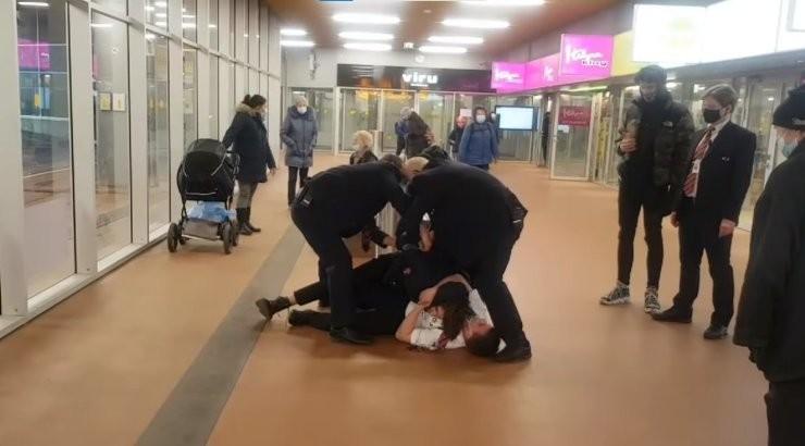 ВИДЕО | С первого раза не понял! Охранникам пришлось применить силу и вызвать полицию, чтобы молодой человек осознал необходимость ношения маски