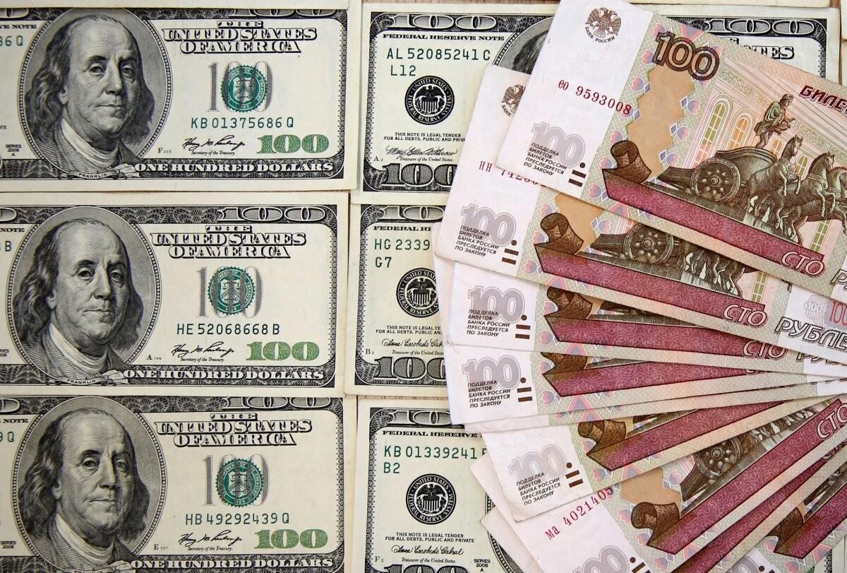 Курс доллара опустился ниже 72 рублей впервые с июля 2020 года