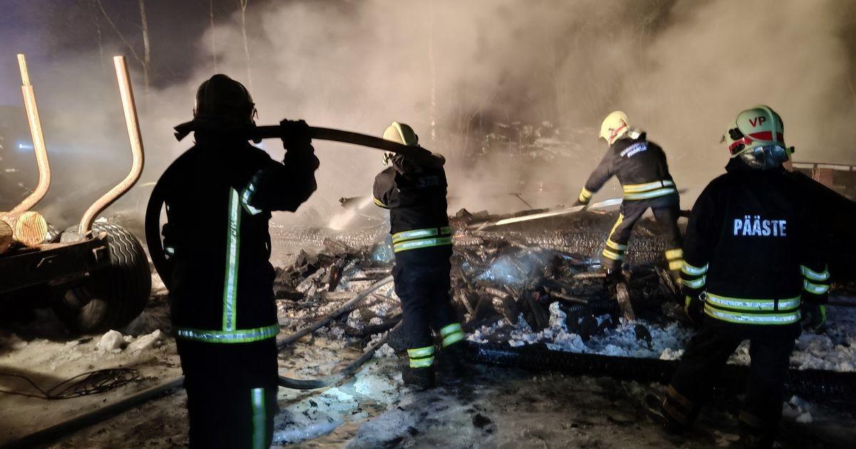 Огонь уничтожил сарай, автомобиль и трактор