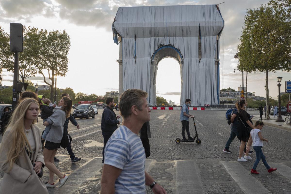 Парижская Триумфальная арка в белом. Мечту художника Христо осуществили после смерти