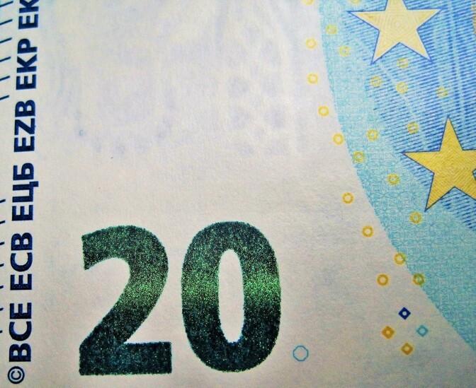 В Латвии вакцинированным пожилым людям планируют в течение 5 месяцев выплачивать по 20 евро