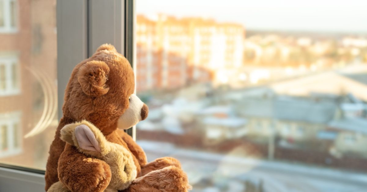 В Латвии на берегу реки найден труп годовалой девочки: по подозрению в убийстве задержана ее мать