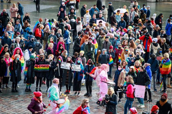 ФОТО: в Таллинне прошла акция за права однополых пар