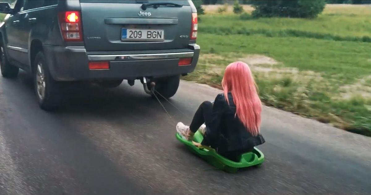 Смертельный номер на эстонских дорогах: девушку на санках буксирует Джип