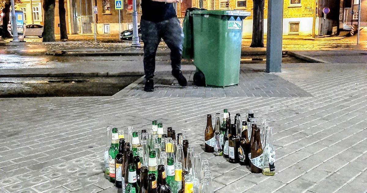 Владелец бара в знак протеста выставил пустую тару на улицу