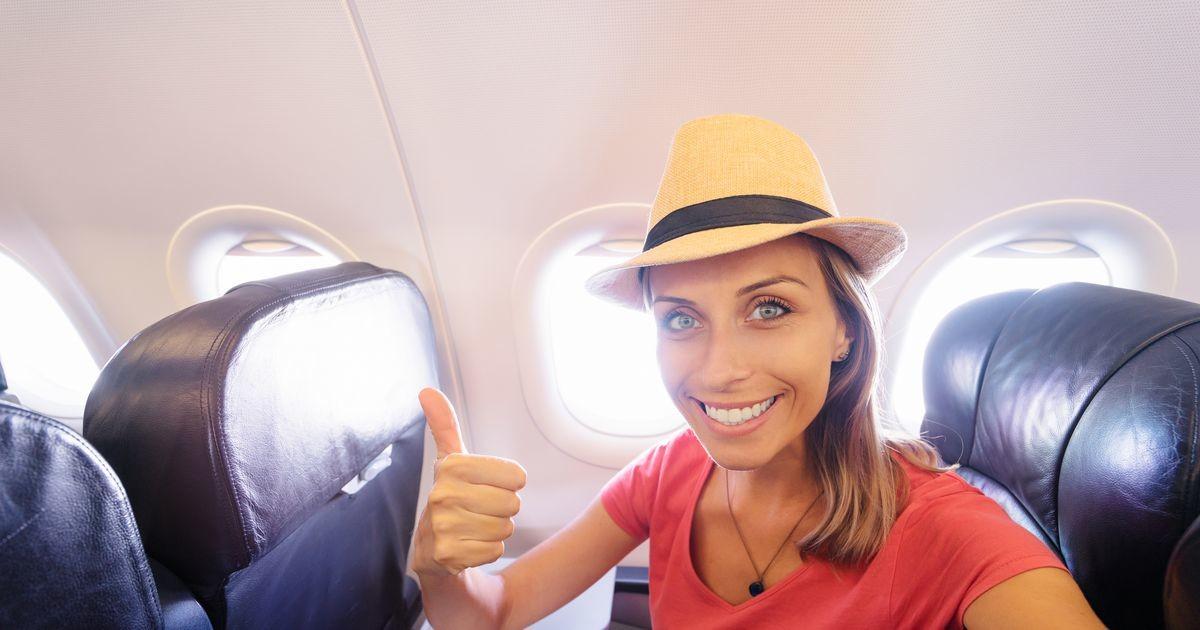 Модель Playboy едва не выгнали из самолета вместе с сыном, когда увидели, в чем она пришла