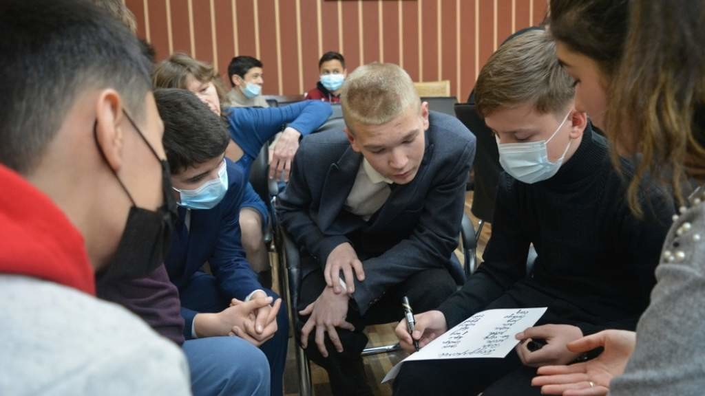 Школьники из Душанбе приняли участие в интеллектуальной игре «Знатоки русского языка»