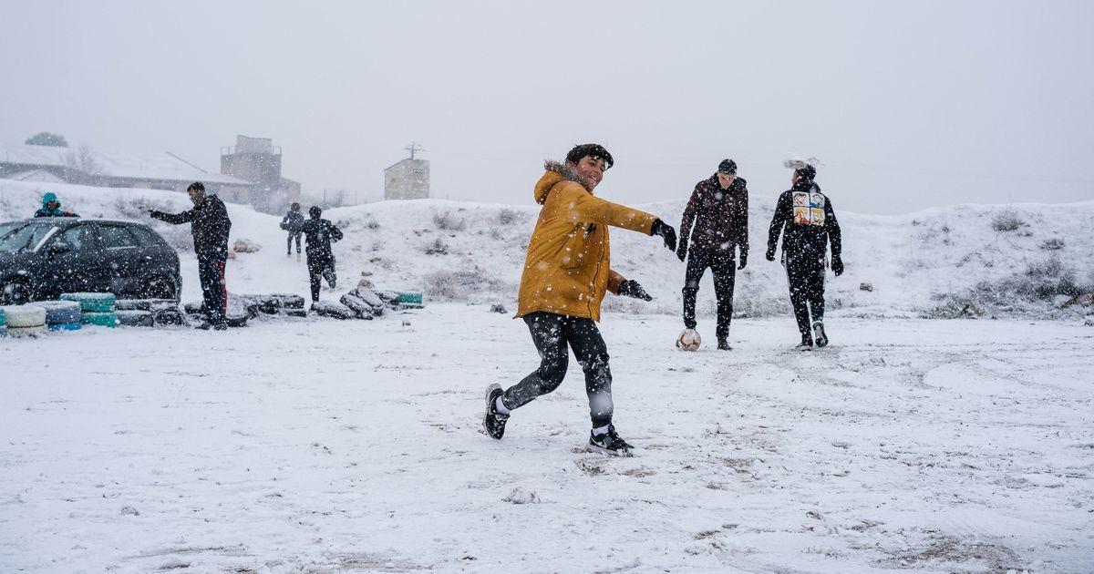 Смотри, как отреагировали на выпавший снег жители Мадрида после 50-летнего перерыва