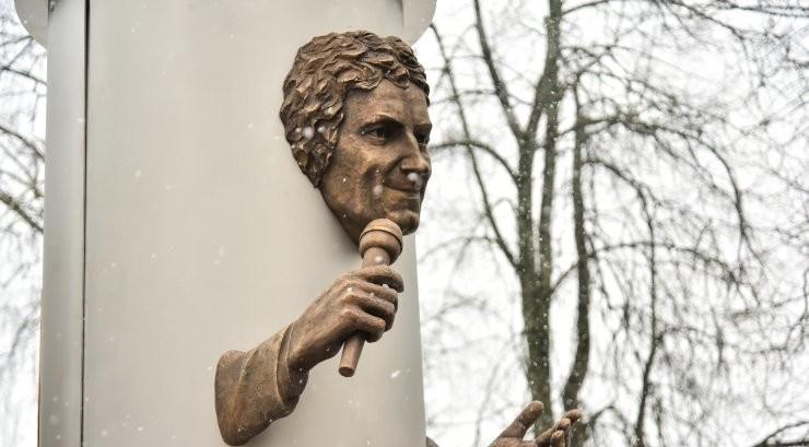 """""""Яак Йоала не был клоуном"""". Почему вдова требует убрать памятник певцу"""