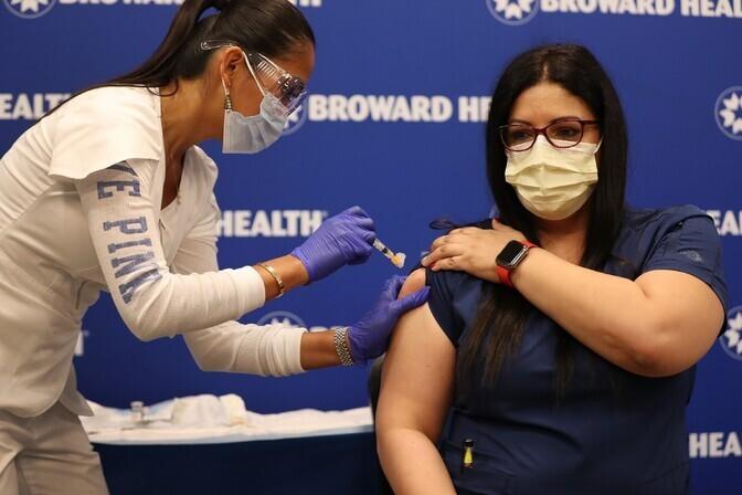 Более 10 млн человек в США получили первую дозу вакцины от COVID-19