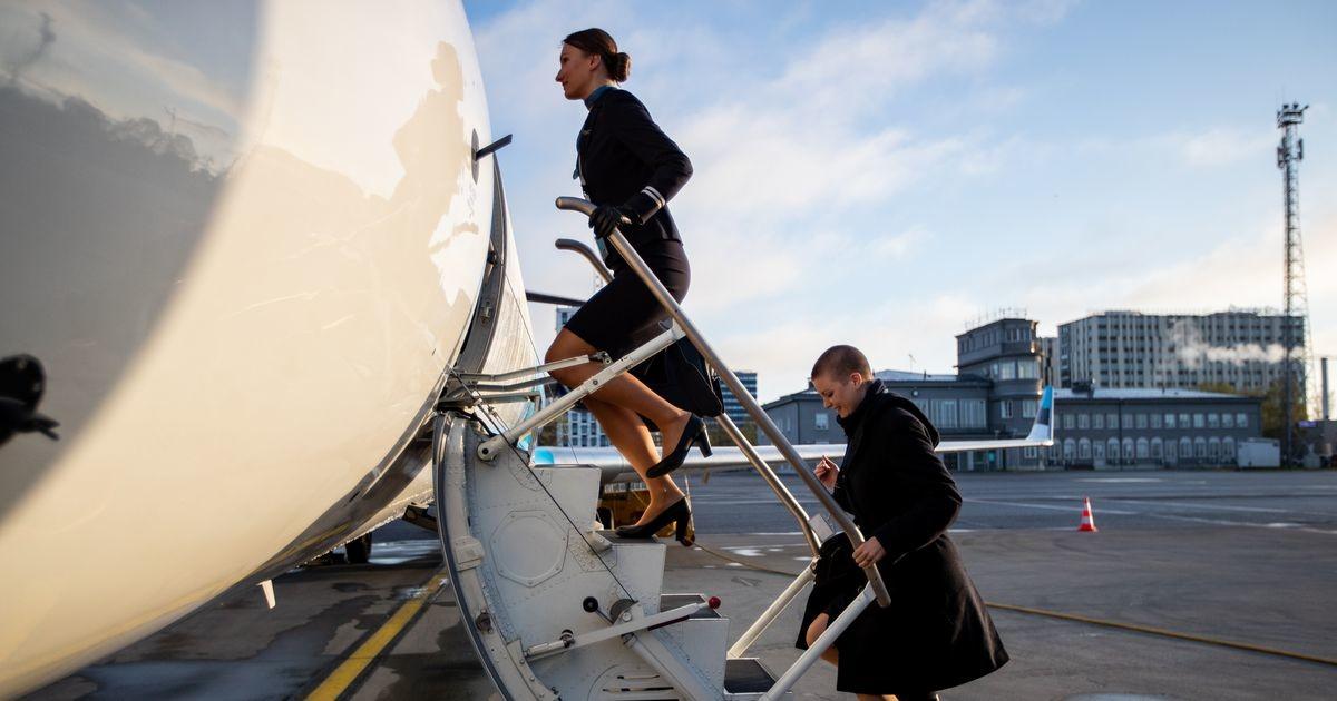 Эстонская авиакомпания Nordica распродает летную форму и чемоданы стюардесс на аукционе