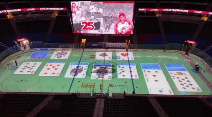 КУРЬЕЗ ГОДА   Работник ледовой арены раскладывал пасьянс во время матча НХЛ