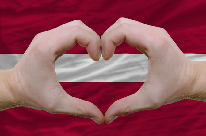 В Латвии рассмотрят поправки к Конституции об определении семьи как союза мужчины и женщины