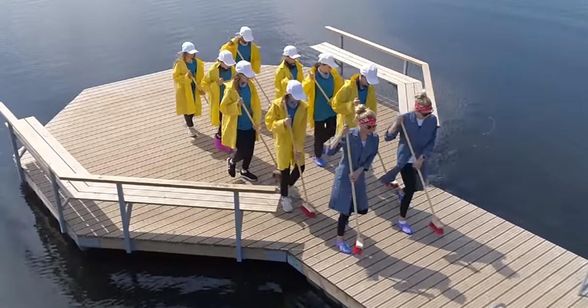 В защитных костюмах и с лейками: Маардуская дружина записала творческий клип