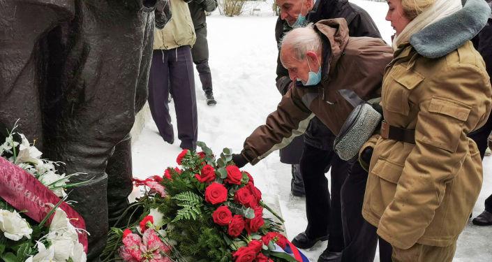 """Красный день календаря: в Таллине возложили цветы к """"Бронзовому солдату"""""""