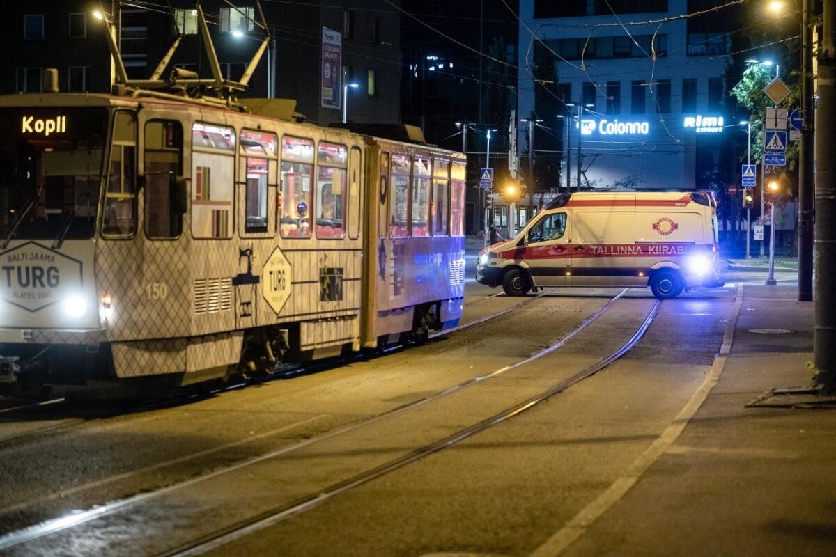 ФОТО   Ночью в Таллинне двое несовершеннолетних на арендованном самокате столкнулись с трамваем