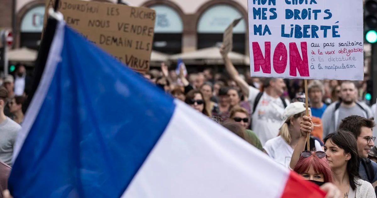 В протестах против санитарных мер во Франции участвовали 114 тысяч человек