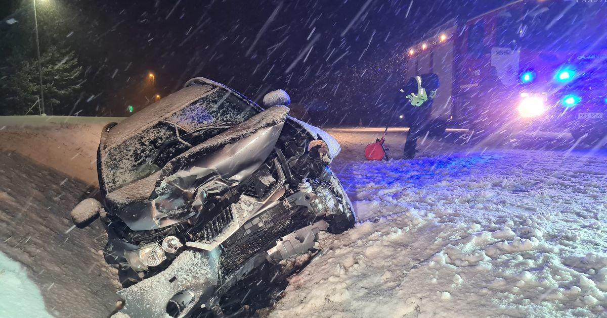 В Тартумаа тяжелая авария, водителя вырезали из машины