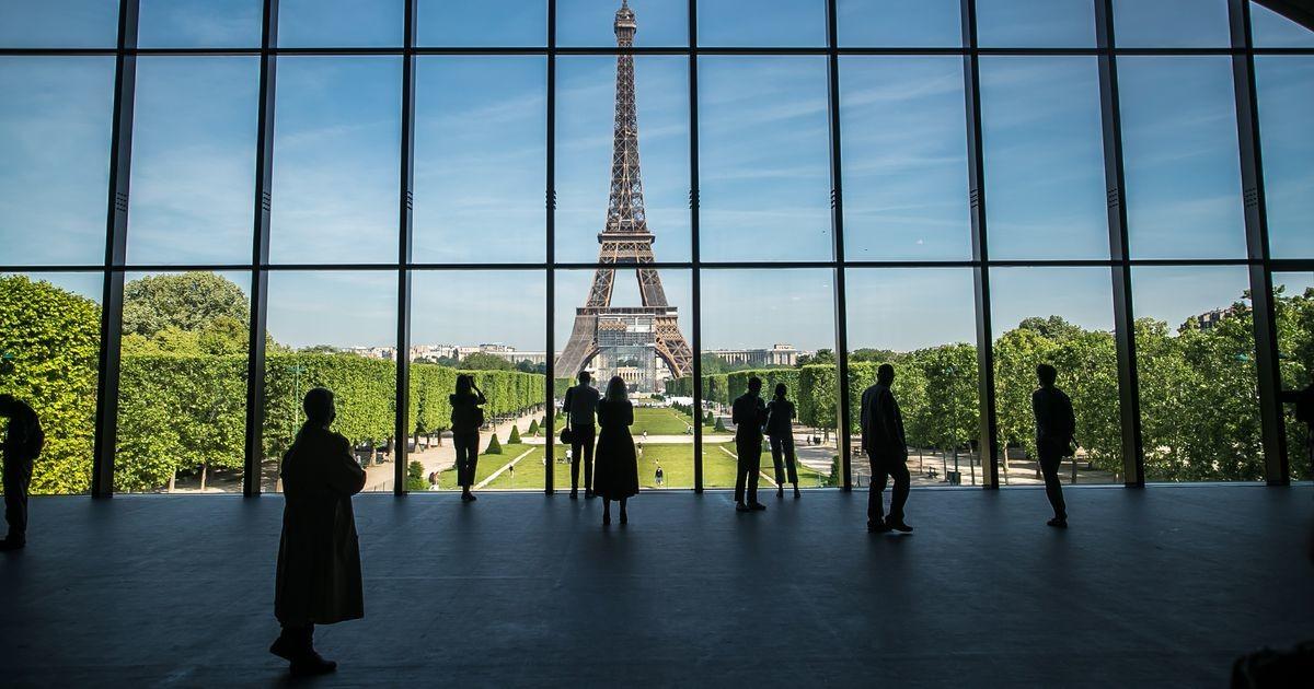 Эйфелева башня открылась для посетителей после девятимесячного перерыва в работе