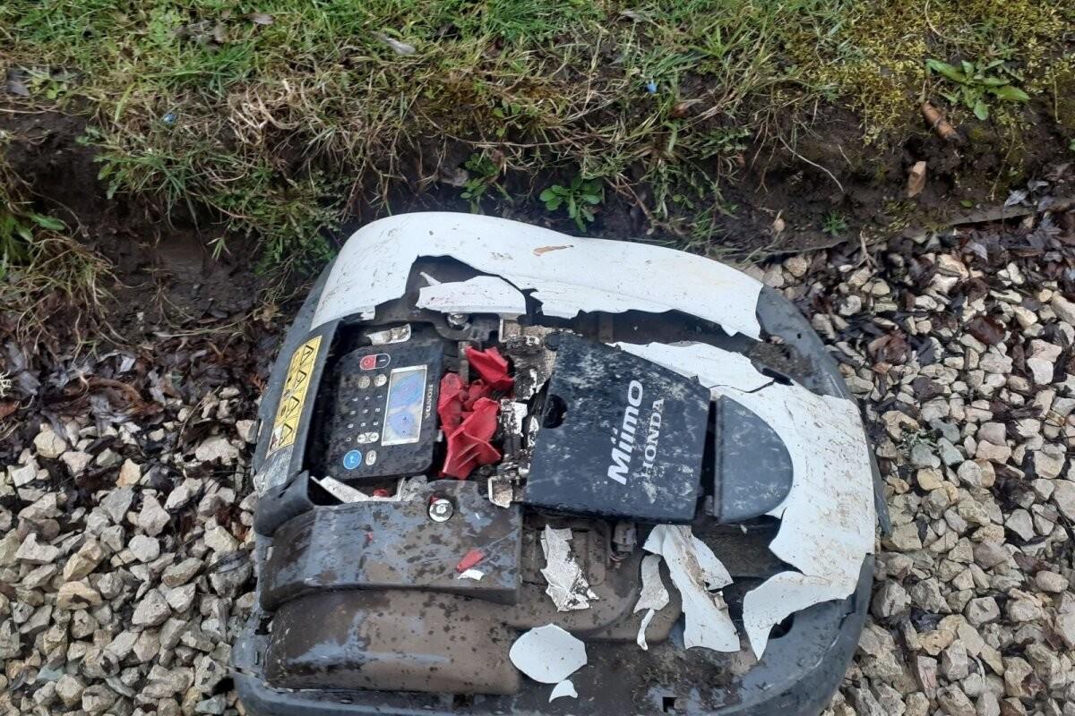 Роботы-газонокосилки оказываются под машинами и даже в костре. Ущерб достигает нескольких тысяч евро