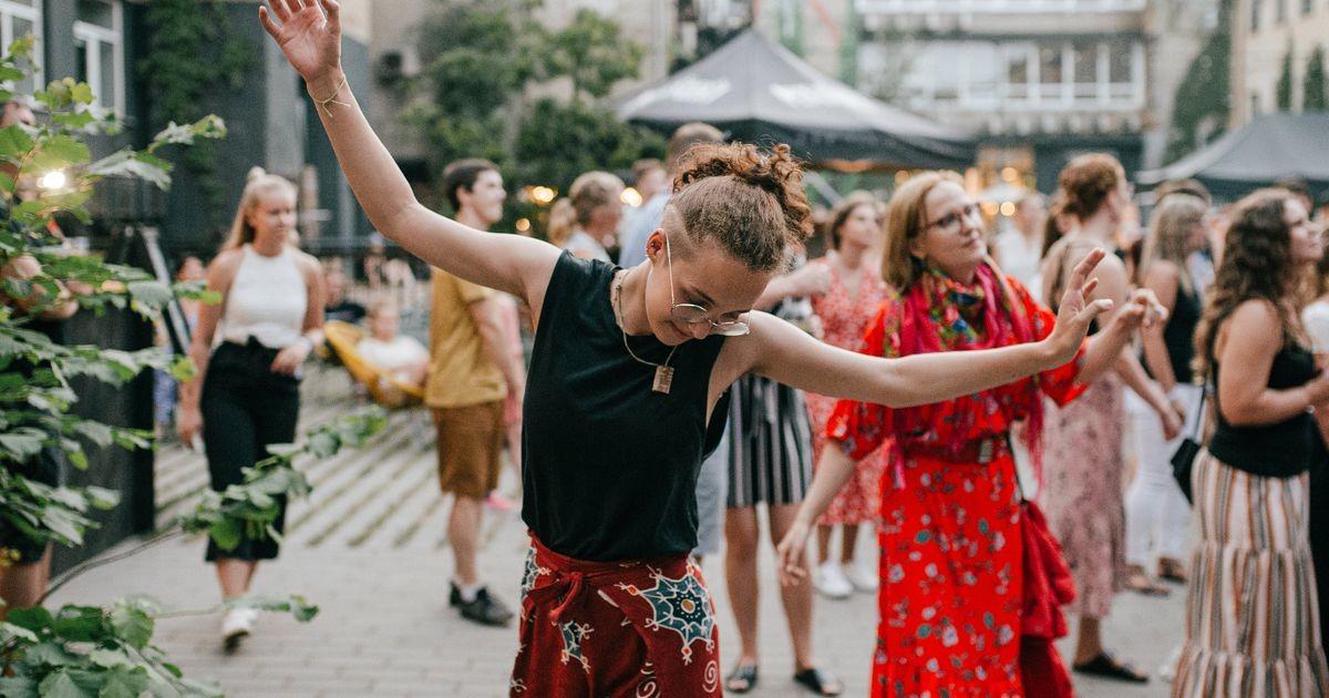 Тарту гуляет: на Аппаратном заводе проходит праздник фольклорной музыки