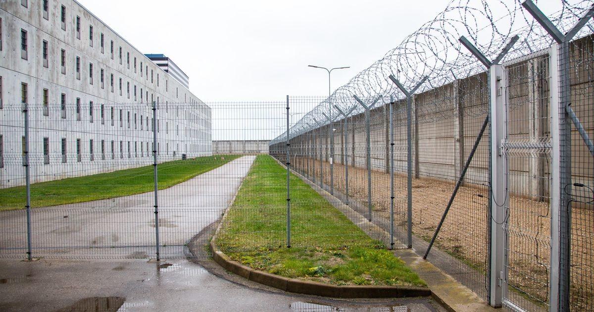 Опрос: нужно ли помогать бывшим заключенным?