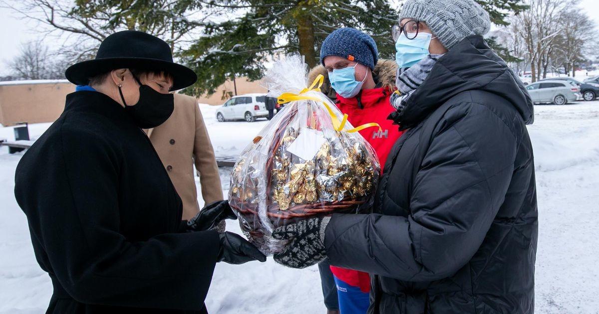 Президент Кальюлайд поощрила врачей корзиной конфет