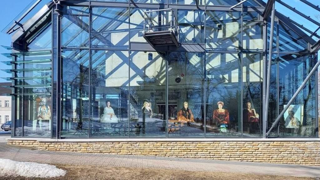 «Точка культуры» | Портреты многодетных женщин в окнах кинотеатра Раквере