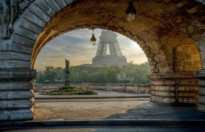Туристы вновь могут подниматься на Эйфелеву башню, но только в масках