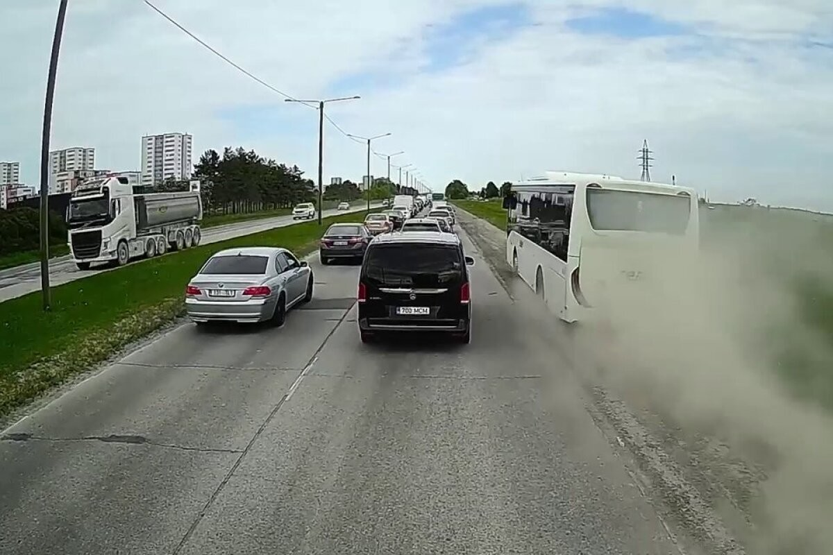 ВИДЕО | Полный пассажиров автобус нагло обходит дорожную пробку. Автобусное предприятие: водитель хотел быстрее доехать до остановки