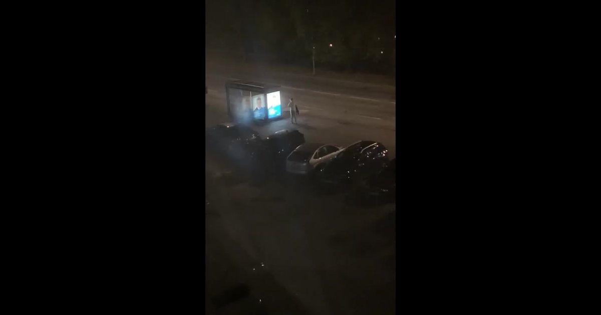 Пьяный мужчина бил ногами автомобили и павильон остановки: несколько машин повреждено