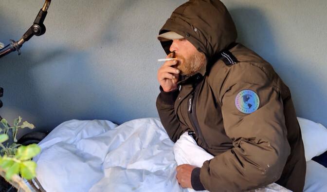 """Зеркало"": бомж долгое время спал по ночам под балконом дома в Маарду"