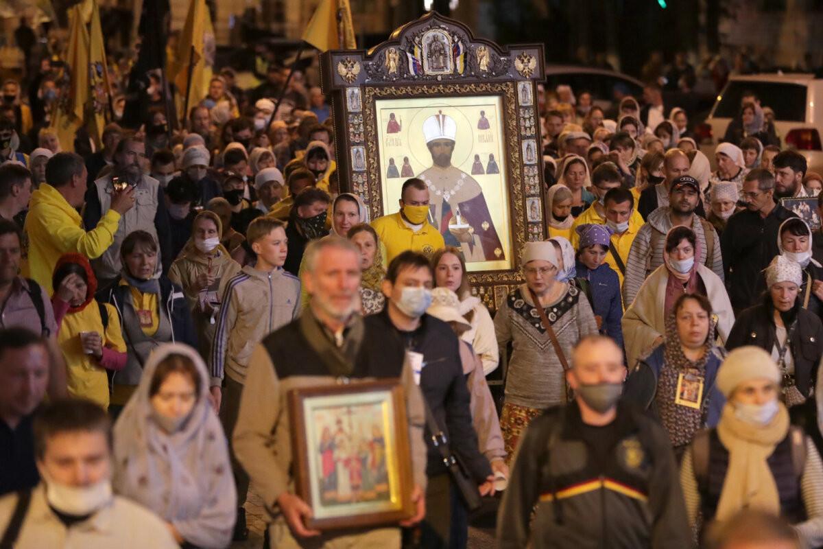 В Екатеринбурге тысячи верующих вышли на крестный ход вопреки запрету властей