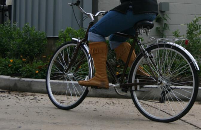 Полиция ищет молодого велосипедиста, наехавшего в Пирита на трехлетнего ребенка