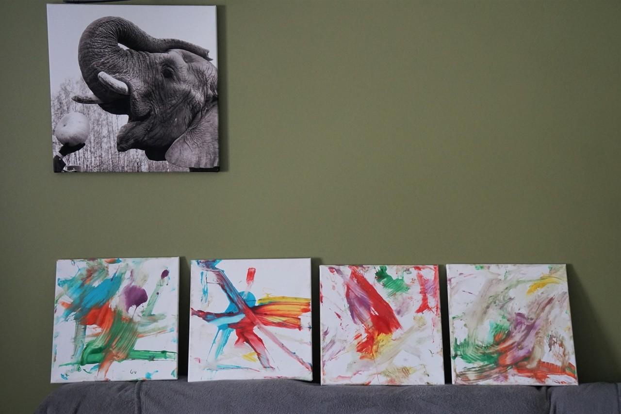 В Таллиннском зоопарке слониха написала хоботом шедевры постмодернизма