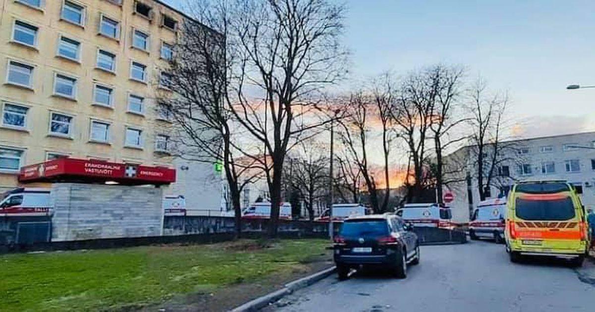 Фотоновость: перед таллиннской больницей выстроилась очередь из скорых