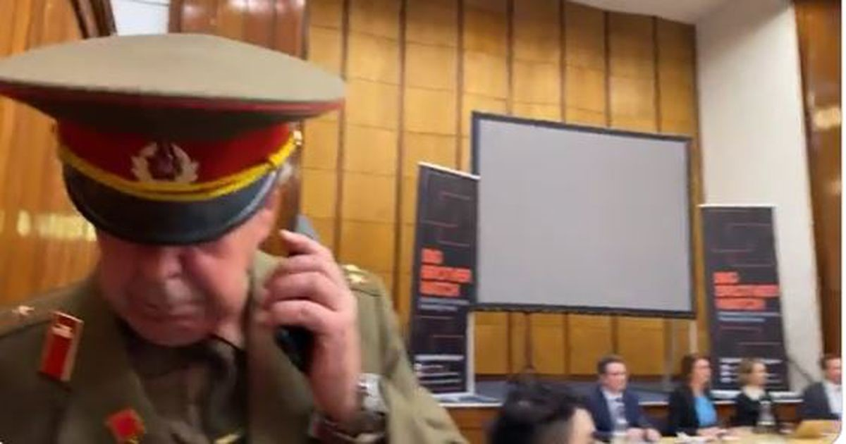 Мужчина в форме советского полковника ударом руки прервал конференцию в Лондоне