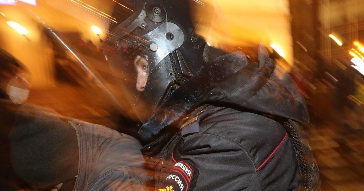 ОМОНовец, ударивший ногой 54-летнюю женщину на акции протеста, извинился перед ней в больнице