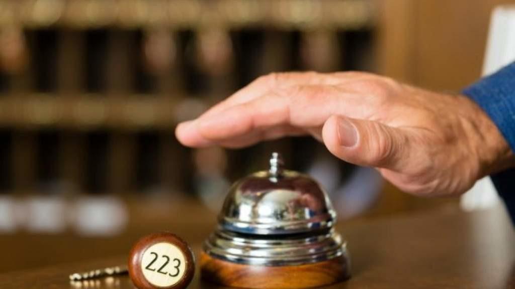 Введите ковид-паспорт и дайте денег: гостиницы выдвинули требования Кариньшу