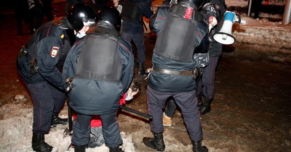 Митинги в России: у «Матросской тишины», где сидит Навальный, в полицейских бросили дымовую шашку, силовики задерживали и избивали всех подряд