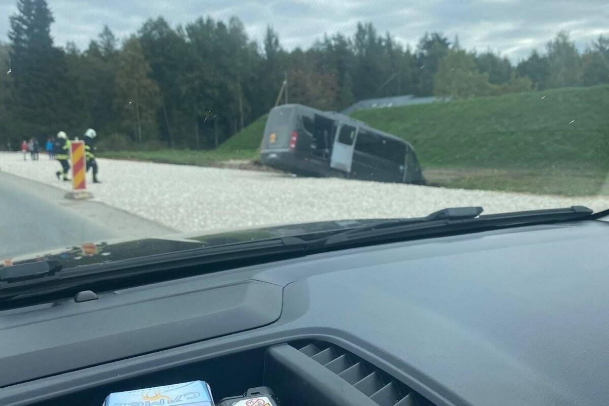 ФОТО | В Тарту автобус с детьми съехал в кювет. Водителю стало плохо за рулем