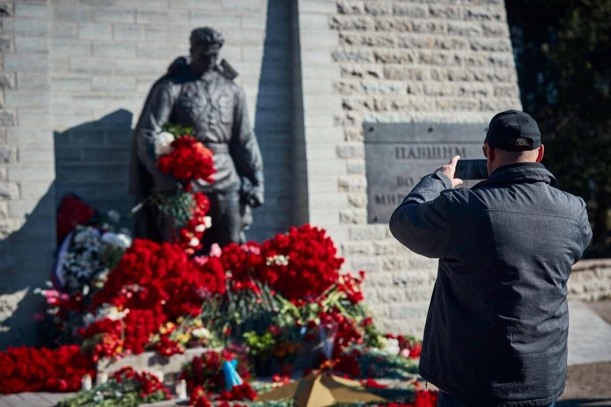 ФОТО | Празднование 9 мая в столице: к Бронзовому солдату нескончаемо идут люди