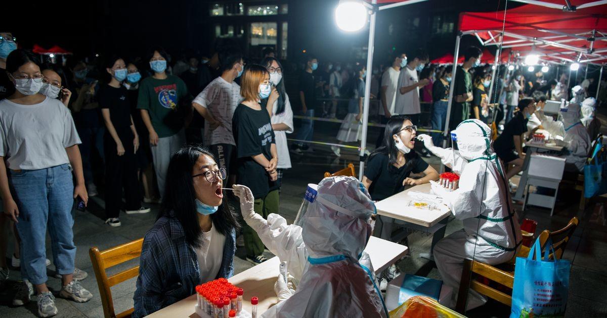 Китай проверит десятки тысяч образцов крови из Уханя в рамках расследования происхождения COVID-19