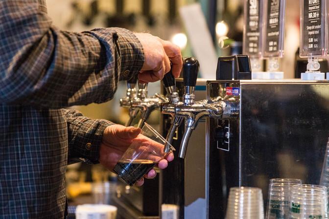 Правительство обсудит снятие ограничений на время работы кафе и ресторанов