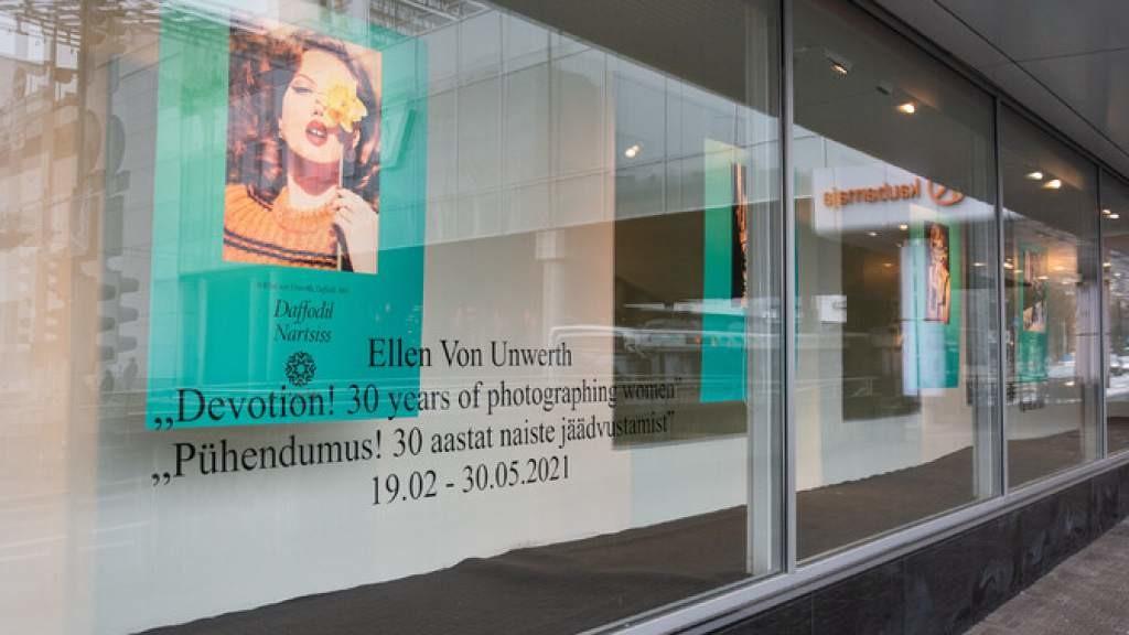 «Точка культуры» | Фотографии Эллен фон Унверт на витринах таллиннского Kaubamaja