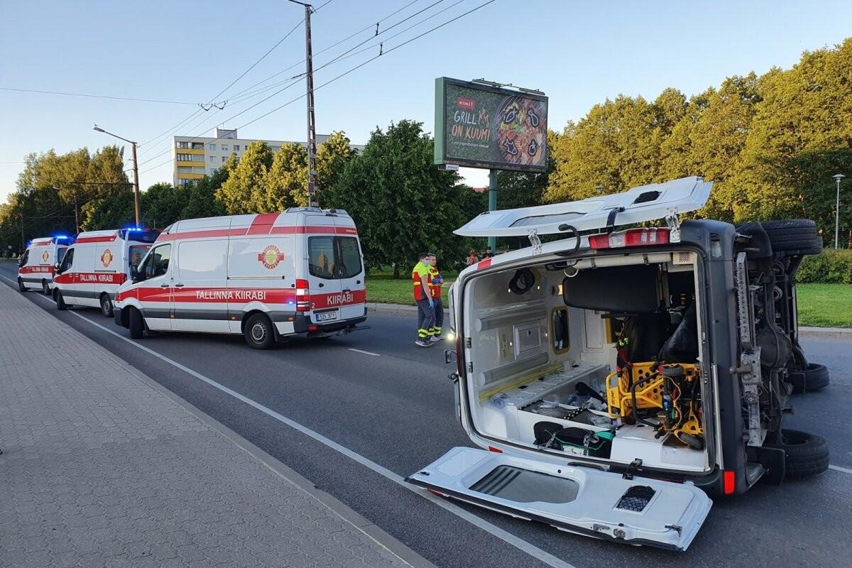 ФОТО | В Таллинне в результате ДТП пострадала машина скорой помощи
